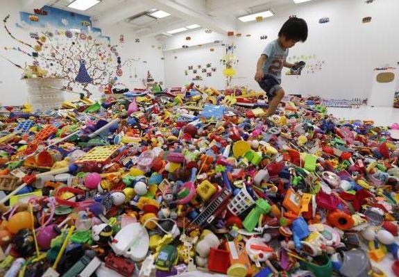 hiroshi fuji kaeru toy installation (2)