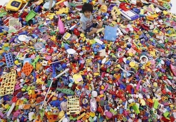 hiroshi fuji kaeru toy installation (3)