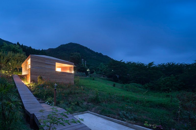 Skyward house a minimal cabin in the woods by kazuhiko for Small wooden house design