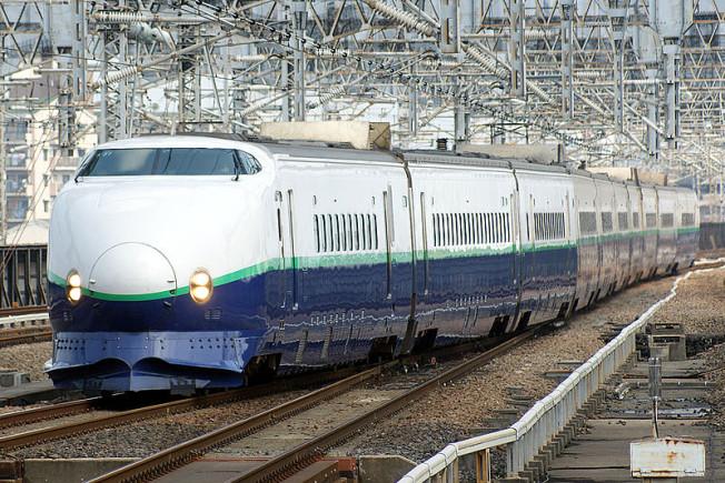 800px-JR_East_Shinkansen_200(renewal)