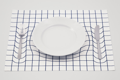 Optical illusion placemat appears to warp under the weight for Set de table originaux