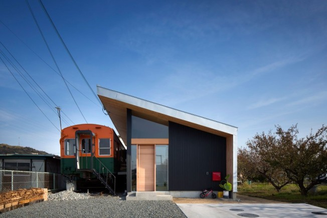 platform house design around an old train car