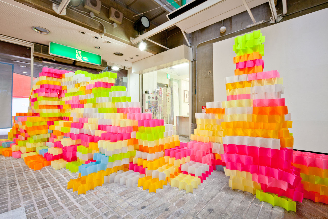 Post It Art : an architectural installation of 30 000 post it notes by yo shimada spoon tamago ~ Frokenaadalensverden.com Haus und Dekorationen